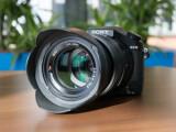 Bild: Die Sony Cyber-shot DSC RX10 besitzt ein Zoomobjektiv, das von 24mm bis 200 Millimetern reicht und das bei einer durchgängigen lichtstärke von Blende 2,8.