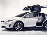 Bild: Ziemlich niedrig: Wie ein klassisches SUV sieht das Model X nicht nur wegen der Flügeltüren aus.