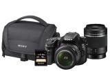 Bild: Die SONY SLT-A58Y gibt es bei Saturn inklusive dem abgebildeten Equipment für 449 Euro.