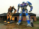 Bild: Diese Transformers aus Schrottteilen haben Vater und Sohn erbaut.