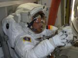 Bild: Der deutsche Astronaut Alexander Gerst bereitet sich auf seinen Weltraumspaziergang vor.