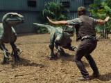 Bild: Nicht mehr ganz so gefährlich: Velociraptoren werden in Jurassic World trainiert.