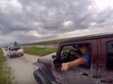 Bild: Etwas unsicher hält der wagemutige Jeep-Fahrer seinen Selfie-Stick aus dem Fenster.