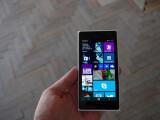 Bild: Der Touchscreen des Lumia 730 lässt sich im Winter auch mit Handschuhen bedienen.