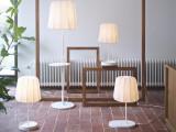 """Bild: Die IKEA-Möbel laden Akkus über den drahtlosen Ladestandard """"Qi"""" auf."""