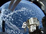Bild: Die Internationale Raumstation ist wieder in ihrere Umlaufbahn um die Erde. im zweiten Versuch gelang die Kurskorrektur.