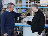 Bild: Bill Gates genehmigt sich ein Glas Wasser.