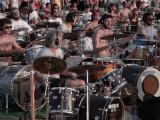 """Bild: 1.000 italienische Fans performen den Foo Fighters-Hit """"Learn to Fly"""" in Cesena. Hintergrund: Sie wollen die US-Band nach Norditalien locken."""