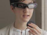 Bild: Die Smarteyeglass wird über einen runden Controller gesteuert.