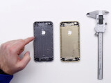 Bild: Nie wieder Bendgate: Das Gehäuse des neuen iPhone 6S (rechts im Bild) soll an kritischen Punkten wie im Bereich der Lautstärkewippe verstärkt worden sein. Dennoch bringt es zwei Gramm weniger auf die Waage, als die Gehäuse-Rückseite des iPhone 6.