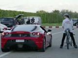 Bild: Bye bye Ferrari: Der italienische Sportwagen hat gegen das Raketen-Bike nicht den Hauch einer Chance.