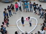 Bild: Mehrere Beteiligte waren Zeuge des Antrages mit dem Herz aus Apple-Geräten. (Bild: Weibo)