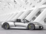 Bild: Hybridtechnik ganz sportlich: Der Porsche 918 Spyder verbraucht 3,1 Liter Kraftstoff auf 100 Kilometer und erreicht eine Geschwindigkeit von 100 Kilometern pro Stunde in 2,6 Sekunden.