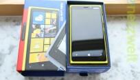 Farblich umso auffälliger ist das Lumia 920...