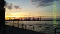 Der Hamburger Hafen am frühen Morgen. Die...