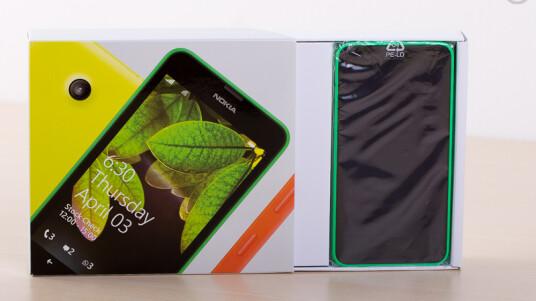 Zieht der Nutzer den Innenkarton heraus, kann er sofort das Lumia 630 sehen. (Bild: netzwelt)