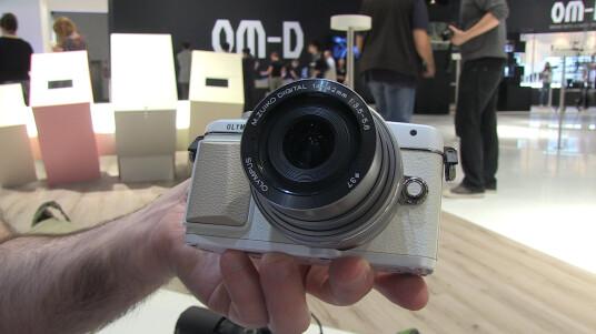 Mit der E-PL7 reagiert Olympus auf den Selfie-Trend und spendiert der MFT-Kamera einen ungewöhnlichen klappbaren Touchscreen. Weitere Details erfahrt ihr im Hands-on.