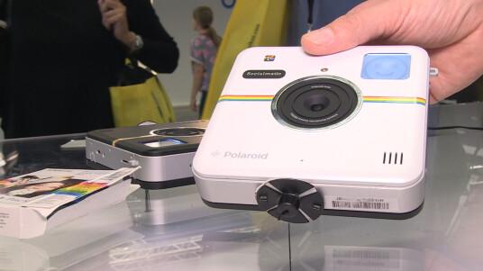 Eine neue Sofortbildkamera mit integriertem ZINK-Drucker und digitaler Anbindung an Soziale Netzwerke wie Facebook oder Twitter : das ist die neue Polaroid Socialmatic, hier im Hands-on zu sehen.