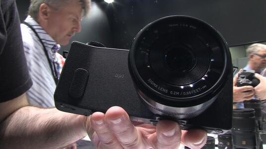 Die DP1 Quattro mit 2,8/19-Millimeter-Weitwinkeloptik (28-Millimeter-Kleinbildäquivalent) ist Sigmas zweites Modell mit dem neuen Foveon Drei-Schichten-Sensor. Was die Kamera noch sie bietet, erfahrt ihr im Hands-on.