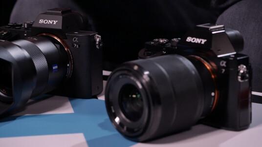 Sony hat die Vollformat-Systemkamera Alpha 7 überarbeitet und mit der Alpha 7 II die Nachfolgerin vorgestellt. Wie sich das neue Modell im Vergleich zur Alpha 7 unterscheidet, seht ihr im ausführlichen Video.