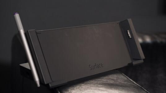 Microsoft kann Hardware - das haben die Redmonder bereits mehrfach bewiesen. Und das gilt auch im Großen und Ganzen für das Surface Pro 3. Wer die Tablet-Ultrabook-Kreuzung bereits sein Eigen nennt und knapp 200 Euro übrig hat, könnte sie in sinnvolles Zubehör wie diese speziell angefertigte Docking-Station stecken.