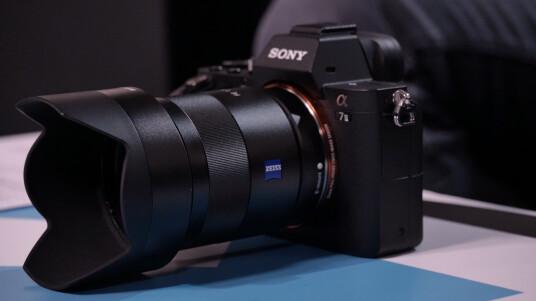Sony hat die Vollformat-Systemkamera Alpha 7 überarbeitet und mit der Alpha 7 II die Nachfolgerin vorgestellt. Dabei hat der japanische Hersteller fast eine neue Kamera entworfen. Ob die zweite Generation die Vorgängerin Alpha 7 schlagen kann, erfahrt ihr im Fazit.