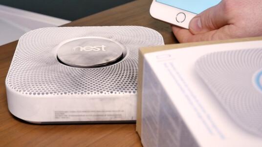 Nest Protect ist der etwas andere Rauchmelder. Das Gerät informiert über seinen LED-Ring über Gefahrenzustände und sendet Alarm-Meldungen an eine iOS- und Android-App. Auch eine Sprachausgabe ist integriert.