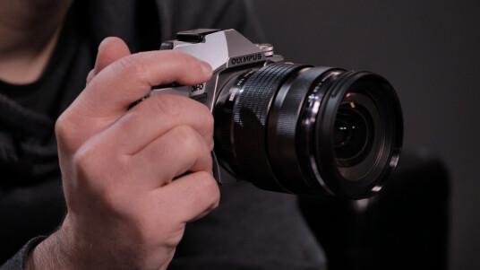 Die Olympus OM-D E-M5 Mark II löst die OM-D E-M5 ab. Die Micro Four Third-Systemkamera ist in der Redaktion eingetroffen. Im Unboxing-Video haben wir die neue OM-D für euch ausgepackt.