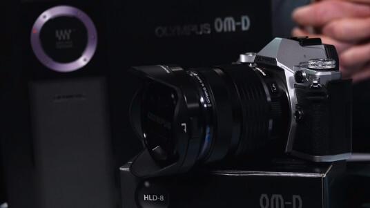 Die Olympus OM-D E-M5 Mark II im Fazit-Video. Der Nachfolger des Erfolgsmodells E-M5 wartet mit einer ganzen Reihe neuer Funktionen wie dem 64-Megapixel-Multi-Shot, dem schwenkbaren Display und neuen Videofeatures auf. Wir haben die wichtigsten Fakten für euch zusammengefasst.