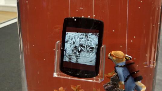 Hart im Nehmen: Auf dem MWC misshandeln wir das Outdoor-Smartphone Kyocera Torque.