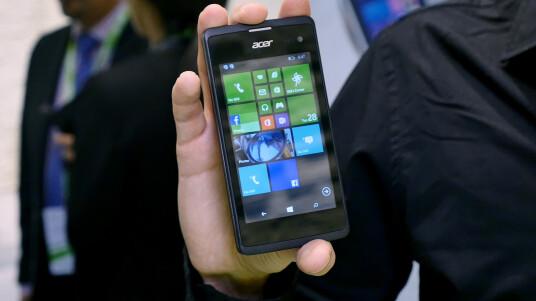 Mit dem Liquid M220 präsentiert Acer sein erstes Windows Phone seit dem Acer Allegro vor vier Jahren. Das 4-Zoll-Smartphone soll mit einem vergleichsweise niedrigen Preis Käufer locken. Im Handel soll das Liquid M220 nur knapp 90 Euro kosten. Damit tritt es in Konkurrenz zum 90-Euro-Handy Lumia 435 von Microsoft. Einen ersten Eindruck vom Liquid M220 könnt ihr euch in unserem Video-Kurztest machen.