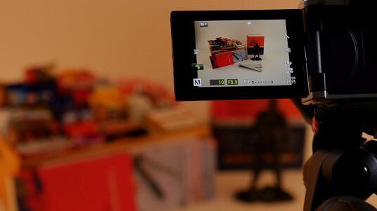Mit der Olympus E-M5 Mark II können Fotos mit bis zu 40 Megapixeln gemacht werden. Möglich macht das der Sensor, der sich um Mikrometer bewegen kann, um ein weitaus größeres Modell zu simulieren. Wie das Feature funktioniert, zeigen wir euch im Video.