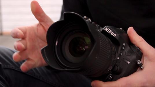 Die neue Nikon D7200 mit APS-C-Sensor löst wie das Vorgängermodell D7100 mit 24 Megapixeln auf, kommuniziert aber nun mit dem Smartphone oder Tablet über ein eingebautes WLAN-Modul. Was Nikon noch verändert hat und ob sich die D7200 im Alltag behaupten kann, seht ihr im Video.