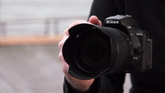Die Nikon D5500 beerbt die D5300. Geblieben ist der Schwenkmechanismus, doch das Display ist nun ein Touchscreen. Damit ist die D5500 die erste Nikon-DSLR, die auch auf eure Finger reagiert. Ob sich die Kamera auch durch weitere Features beeindrucken kann, erfahrt ihr im Video.