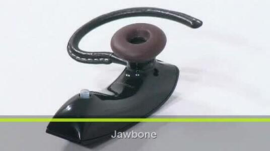 Das kabellose Headset Jawbone des Herstellers Aliph soll die Stimme des Anrufers auch unter schwierigsten Bedingungen klar und deutlich an den Gesprächsteilnehmer übermitteln. Laut Hersteller filtert das Bluetooth-Headset Umgebungsgeräusche von bis zu 100 Dezibel wirksam heraus.