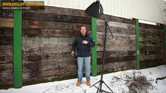 In diesem Video-Blog zeigt der Fotograf Martin Krolop, dass auch mit wenig Ausrüstung tolle Bilder geschossen werden können. Wichtig ist dabei, dass kreativ vorgegangen wird. Die Szenerie und herrschende Lichtverhältnisse können genutzt werden, um der fehlenden Ausrüstung entgegen zu wirken.