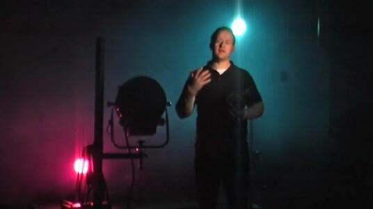 In diesem Video geht es kreativ her: Mit farbigem Licht und viel Nebel entstehen Fotos der etwas anderen Art. Dennoch darf es auch hier nicht zu viel des Guten sein.