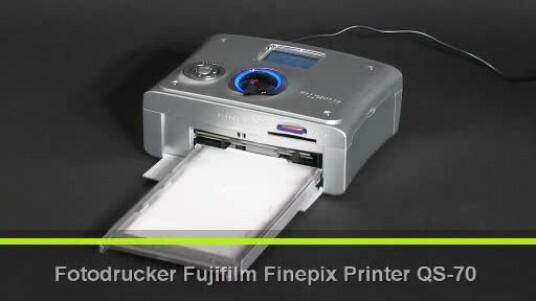 Der Fotodrucker Finepix Printer QS-70 von Fujifilm nutzt ein Druckverfahren namens Thermosublimation. Dabei überträgt ein auf 300 bis 400 Grad erhitzter Druckkopf die Farben Gelb, Magenta und Cyan von einem Farbband auf das Fotopapier.