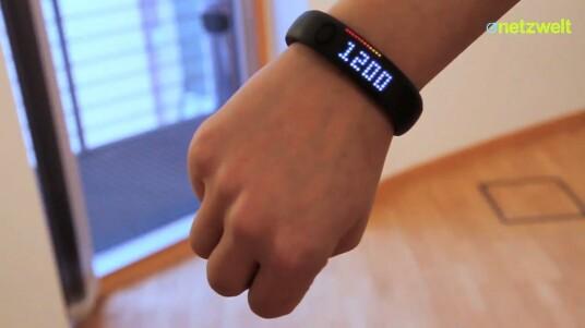 Das Nike+ FuelBand ist ein Fitness-Tracker mit eingebautem Beschleunigungssensor. Das Armband soll sich nicht nur zum Verfolgen der eigenen Schritte, sondern auch zur Analyse aller anderen Bewegungen eignen. Netzwelt hat das technische Accessoire getestet.