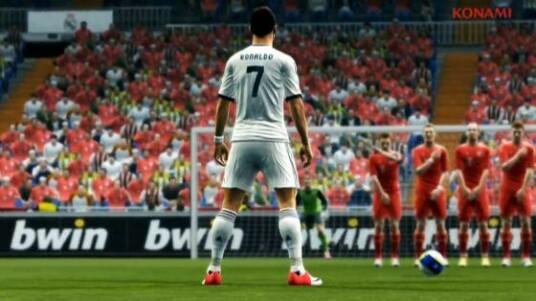 Real Madrid gewinnt in diesem Video knapp mit 3:2 gegen den FC Bayern München. Schuld ist Cristiano Ronaldo, der im letzten Moment einen Freistoß verwandelt. Wer dieses Ergebnis für unrealistisch hält, kann im Fußball-Videospiel Pro Evolution Soccer 2013 ein anderes Ergebnis herausspielen. Erhältlich ist die Fußball-Simulation für den PC, die Xbox 360 und die PlayStation 3.