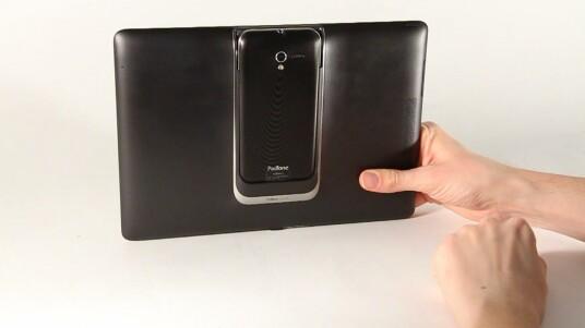 Das Asus Padfone 2 verwandelt sich mit der beiliegenden Padfone 2 Station in ein 10,1-Zoll-Android-Tablet.