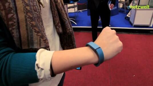 Fitbit bringt mit Flex einen Schrittzähler und Aktivitätstracker in Armband-Form auf den Markt. Netzwelt hat sich das sportliche Accessoire näher angeschaut und einem ausführlichen Test unterzogen.