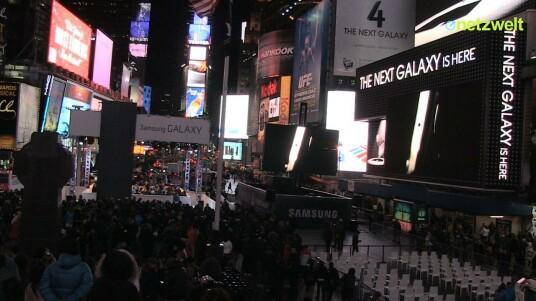 Auch auf dem New Yorker Times Square feierte Samsung die offizielle Vorstellung des Galaxy S4. Netzwelt mischte sich mit der Kamera unter die wartenden Fans.