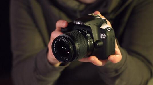 Die EOS 1200D löst die EOS 1100D nach drei Jahren ab. Der japanische Hersteller erhöht die Megapixelzahl des APS-C-Sensors auf nunmehr 18 und spendiert dem neuen Einsteigermodell ein drei Zoll großes Display. Zudem können nun auch in Canons Einsteigerklasse Full HD-Videos aufgezeichnet werden. Was die EOS 1200D samt App leistet und wo der Hersteller Produktionskosten spart, sehen Sie im Fazit-Video.