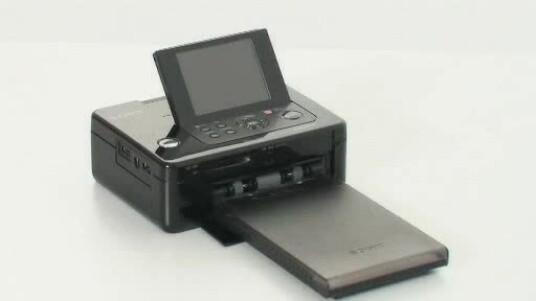 Der DPP-FP95 ist Sonys Flaggschiff unter den Fotodruckern. Dies wird auch an der Ausstattung deutlich, die deutlich umfangreicher ist als zum Beispiel beim günstigeren Modell DPP-FP65.