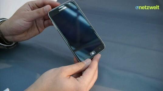 Netzwelt konnte einen ersten Blick auf Samsungs kommendes Windows Phone 8-Smartphone ATIV S werfen. Im Kurztest zeigt sich, dass Samsung einen gänzlich anderen Designweg geht als die anderen Windows Phone 8-Handyhersteller.