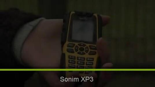 Das Outdoor-Handy Sonim XP3 bekommt vom Hersteller drei Jahre Garantie. Im Test hat das Mobiltelefon allen Belastungen standgehalten. Auch ein Auto übersteht das Handy unbeschadet.