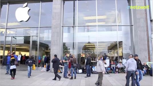Wir können ja nicht anders: Zusammen mit den wirklich hartgesottenen Apple-Fans begab netzwelt sich vor den Apple Store am Hamburger Jungefernstieg und reihte sich in die Schlange für ein iPhone 5 ein. Dabei trafen wir unter anderem auf Nicholas, dem der ganze Medien-Rummel bereits sichtlich auf die Nerven ging.