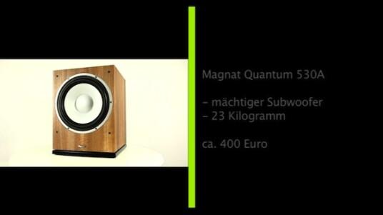 Der Subwoofer Quantum 530A von Magnat richtet sich mit einem empfohlenen Verkaufspreis von 400 Euro vor allem an Einsteiger. Dabei ist die Bassbox mit Abmessungen von 48,7 x 39,7 x 42,6 Zentimetern und einem  Gewicht von satten 23,5 Kilogramm alles andere als eine unauffällige Erscheinung. Die Ausstattung ist eher durchschnittlich, die Kraft dafür umso ungebremster. Im Test hinterlässt der Brüllwürfel einen guten Eindruck - allzu beherzt sollten Nutzer aber nicht an den Reglern drehen.