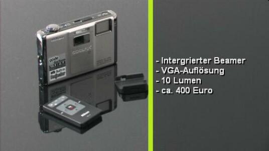 Die erste Digitalkamera mit Beamer. Mit der Coolpix S1000pj können aufgenommene Bilder und Videos direkt an die Wand projeziert werden. Allerdings lohnt sich die Anschaffung nur wenn der Beamer auch intensiv genutzt wird. Ansonsten bekommt der Nutzer Kameras mit ähnlicher Ausstattung für einen günstigeren Preis.